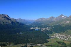 Montañas suizas: visión panorámica desde Muotas Muragl al LAK del glaciar Imagenes de archivo