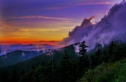 Montañas Sun y niebla Fotos de archivo