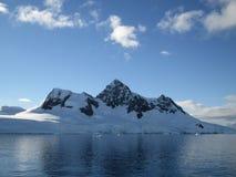 Montañas teniendo en cuenta el sol Fotos de archivo libres de regalías