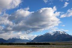 Montañas a través de Tasman River Valley, Nueva Zelanda Foto de archivo