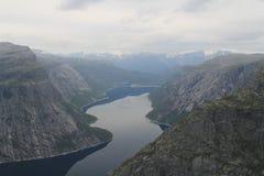 Montañas Trolltunga del turismo del verano de Noruega imagenes de archivo