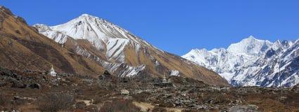 Montañas Tserko Ri y Gangchenpo Escena de la primavera en el Langtang Imagen de archivo