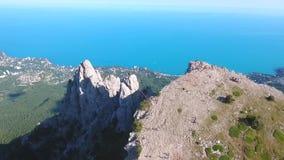 Montañas turísticas populares Ai-Petri, Crimea Cantidad aérea extrema Costa del Mar Negro y ciudad de Yalta en Backgroung HD almacen de metraje de vídeo