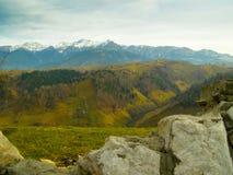 Montañas vacías del blanco de las colinas verdes del valle del paisaje imagen de archivo libre de regalías