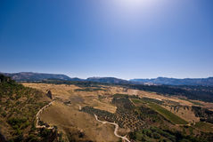 Montañas, valle y un cielo azul Foto de archivo