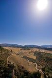 Montañas, valle y un cielo azul Imágenes de archivo libres de regalías