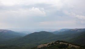 Montañas verdes con las nubes Imagenes de archivo