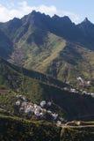 Montañas verdes de Anaga Luz y sombra El ir de excursión en el volcán Imagen de archivo