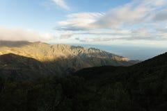 Montañas verdes de Anaga Luz y sombra El ir de excursión en el volcán Imágenes de archivo libres de regalías
