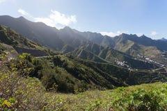 Montañas verdes de Anaga Luz y sombra El ir de excursión en el volcán Foto de archivo