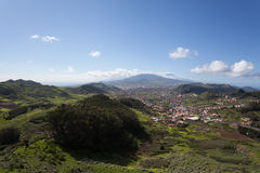 Montañas verdes de Anaga Luz y sombra El ir de excursión en el volcán Fotos de archivo