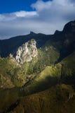 Montañas verdes de Anaga Luz y sombra El ir de excursión en el volcán Fotografía de archivo