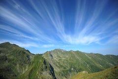 Montañas verdes pacíficas y cielo magnífico del verano Imágenes de archivo libres de regalías