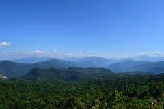 Montañas verdes y cielo azul Imágenes de archivo libres de regalías