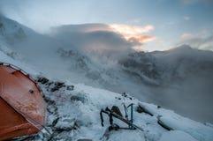 Montañas, viaje, naturaleza, nieve, nubes, ríos foto de archivo