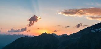 Montañas, viaje, naturaleza, nieve, nubes, ríos fotos de archivo libres de regalías