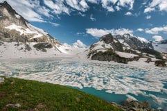 Montañas, viaje, naturaleza, nieve, nubes, ríos, lagos imagen de archivo