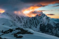 Montañas, viaje, naturaleza, nieve, nubes, ríos, lagos foto de archivo