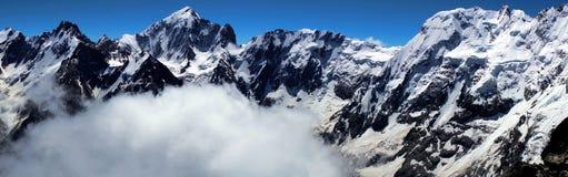Montañas Visión desde la cumbre del pico de Brno y de x28; 4110 m& x29; Foto de archivo libre de regalías