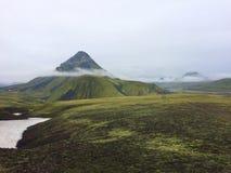 Montañas Volcano Mountain de Islandia con las nubes imágenes de archivo libres de regalías