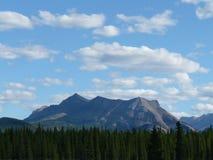 Montañas y árboles de las nubes foto de archivo libre de regalías