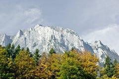 Montañas y árboles en luz del otoño Foto de archivo