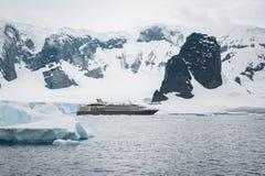 Montañas y barco de cruceros hermosos Imagen de archivo libre de regalías