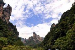 Montañas y barranca bajo el cielo y la nube Fotografía de archivo libre de regalías
