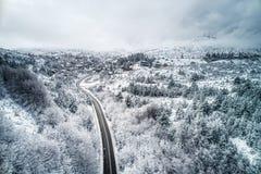 Montañas y camino durante en invierno imágenes de archivo libres de regalías