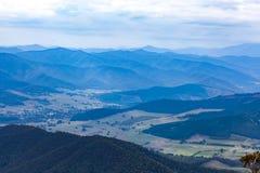 Montañas y campo - paisaje hermoso en colores silenciados Foto de archivo