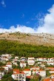 Montañas y casas de Dubrovnik, Croacia Fotografía de archivo
