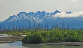 Montañas y cielo imagen de archivo
