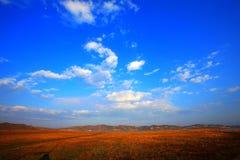 Montañas y cielo fotos de archivo
