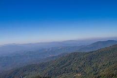 Montañas y cielo azul Imagenes de archivo