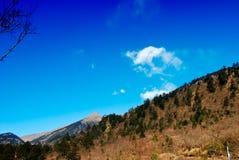 Montañas y cielo azul Imagen de archivo libre de regalías