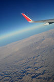 Montañas y cielo como a través vista ventana de un avión Viento clásico del aeroplano de la imagen imagen de archivo