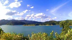 Montañas y cielo del mar del bosque del paisaje almacen de metraje de vídeo