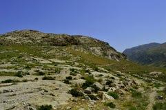 Montañas y colinas cerca de Kadamzhai, Kirguistán Imagen de archivo