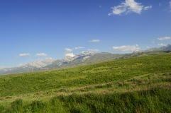 Montañas y colinas cerca de Khaidarkan, Kirguistán Imágenes de archivo libres de regalías