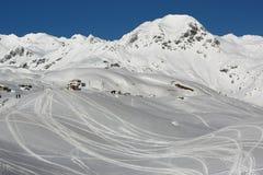 Montañas y colinas de la nieve Foto de archivo