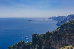 Montañas y costa costa de la costa de Amalfi de la trayectoria de dioses, una pista de senderismo cerca de Positano, Italia foto de archivo libre de regalías
