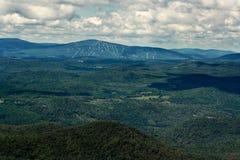 Montañas y cuestas del esquí en el verano Foto de archivo