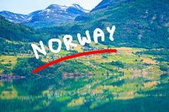 Montañas y fiordo en Noruega, imagen de archivo