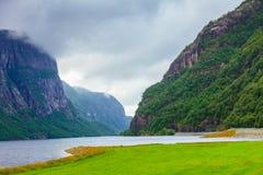 Montañas y fiordo lluviosos nublados en Noruega, Fotos de archivo