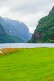 Montañas y fiordo lluviosos nublados en Noruega, Fotografía de archivo libre de regalías