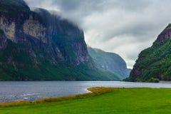 Montañas y fiordo lluviosos nublados en Noruega, Fotografía de archivo