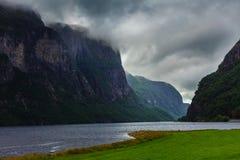 Montañas y fiordo lluviosos nublados en Noruega, Imagen de archivo