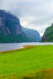 Montañas y fiordo lluviosos nublados en Noruega, Imagen de archivo libre de regalías