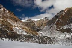 Montañas y glaciar. Foto de archivo