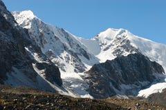 Montañas y glaciar. Fotografía de archivo